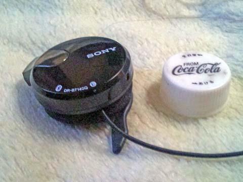 ソニーのBluetooth(ブルートゥース)ヘッドセット・ヘッドホンDR-BT140Qとコカコーラのペットボトルのふた